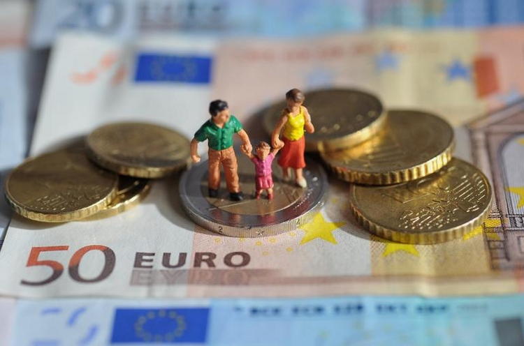 Väter bekommen etwa 440 Euro mehr Elterngeld als Mütter (© 2014 AFP)