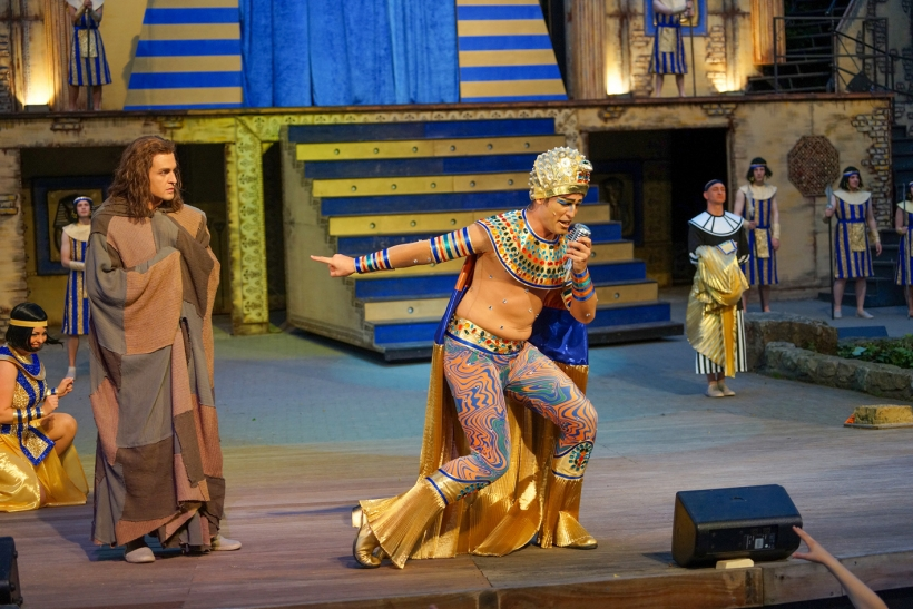 Ready to Rock! Elvis hätte seine helle Freude an diesem Pharao (Julian Looman) gehabt. Da schaut der als Traumdeuter angeheuerte Jo etwas konsterniert drein. Foto: Stefan Grothus