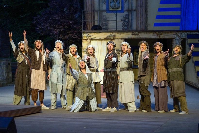 Ein Augen- und Ohrenschmaus: Josephs neidische Brüder, liebevoll ge- und überzeichnet,  sind ein echtes Plus dieser Inszenierung. Foto: Stefan Grothus