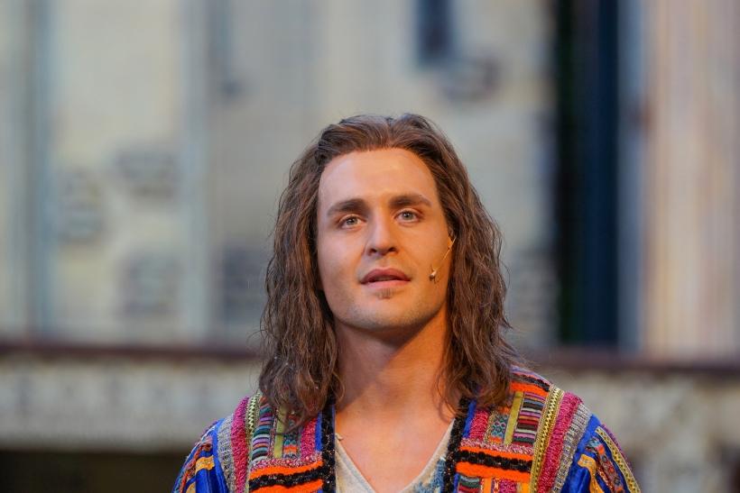 Dreaming-Joe: Bei Alexander Klaws ist die Titelrolle gut aufgehoben. Foto: Stefan Grothus