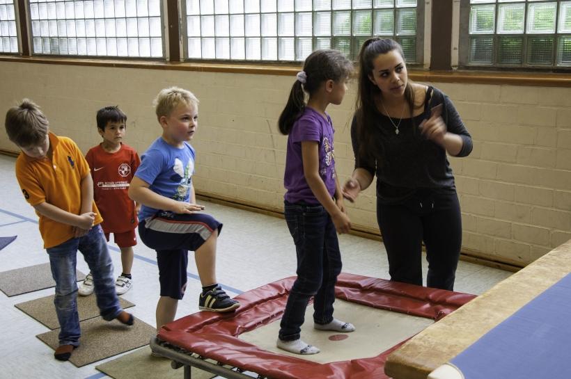 Die Studentin Melina Beckers erklärt einem der Kinder die Übungen. (Foto: Dr. Christian Sonntag)