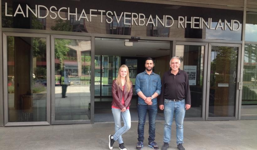 Im Bild (v.l.n.r.): Chantal Lübbars, Merdan Cam und Ralf Klemm vor dem Landeshaus in Köln-Deutz - Sitz des Landschaftsverbandes Rheinland in Köln-Deutz. (Foto: Peter Koenen)