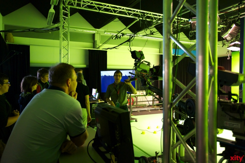 Prof. Dr. Jens Herder erklärt das Virtuelle Studio (xity-Foto: D. Creutz)
