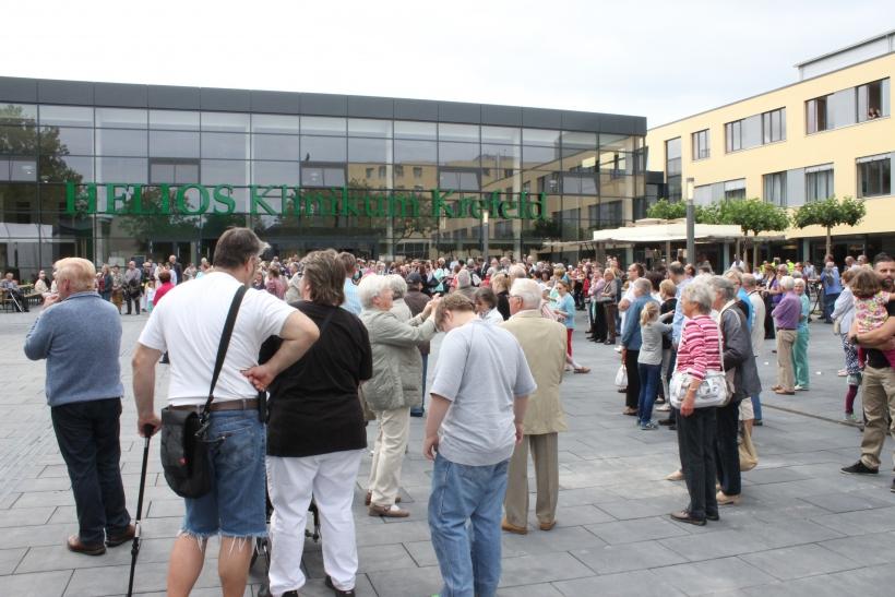 Tausende Menschen aus Krefeld und Umgebung wollten sehen, was aus der früheren städtischen Klinik nach fünf Jahren Umbau für rund 200 Millionen Euro am Luttherplatz entstanden ist. (xity-Foto: E. Aslanidou)