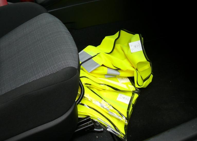 Warnwesten im Auto sind ab heute Pflicht (Foto: Verkehrswacht Düsseldorf)
