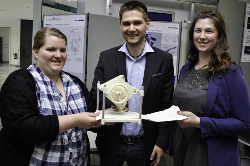 (von links) Corinna Naß, Tim Stähler und Verena Lanze präsentieren ihre einseitige Nähmaschine. (Foto: Dr. Christian Sonntag)