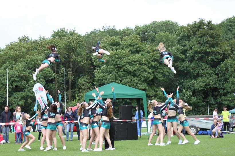 Die Dolphins, als frisch gebackene Europameisterschafts Fünfte vom Samstag, sorgten nochmal für ein Spektakel mit ihren akrobatischen Aktionen und begeisternden die Zuschauer. (Foto: Jens Sattler)