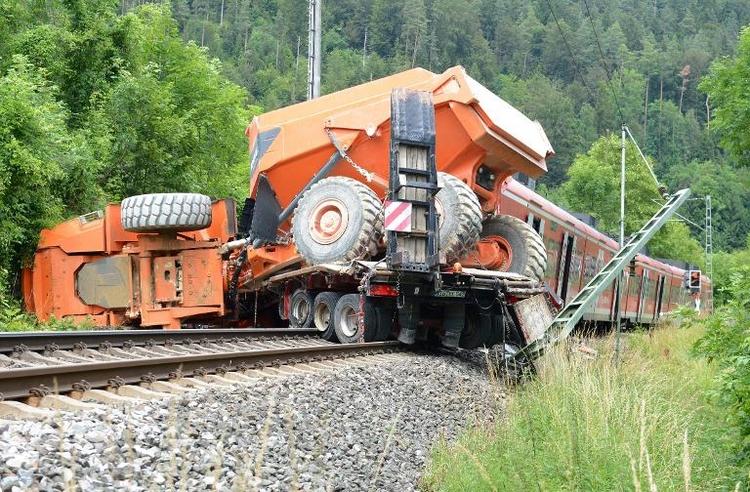 Etwa 30 Verletzte bei Kollision eines Zugs mit einem Lkw (© 2014 AFP)