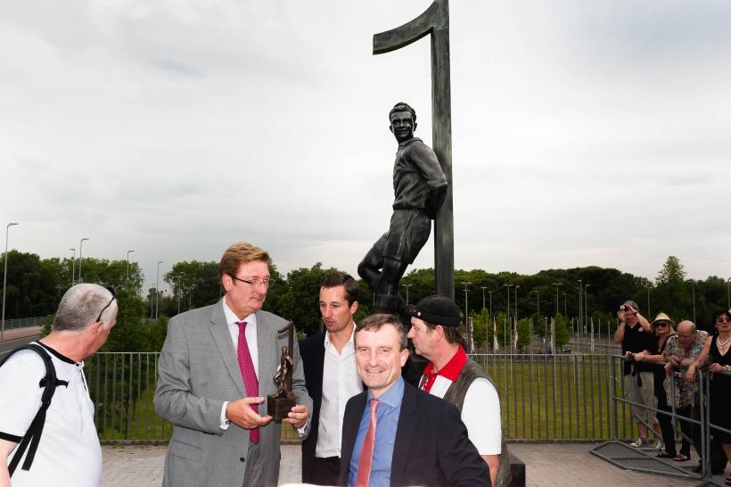 OB Elbers zusammen mit Initiator Björn Borderding, Thomas Geisel und dem Kunstgiesser Rolf Kayser (Foto: Christian Steinmetz)