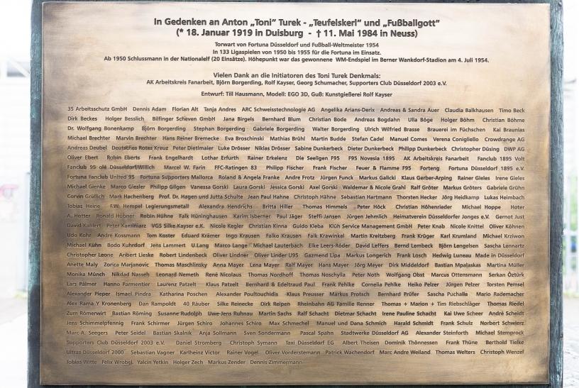 Eine Inschrift listet die Sponsoren und Initiatoren auf (Foto: Christian Steinmetz)