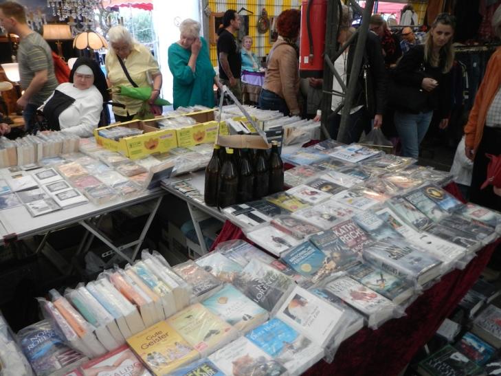 Jeden Samstag Bücherbummel auf dem Trödelmarkt in Düsseldorf-Bilk (Foto: Trödel- und Antikmarkt Aachener Platz)