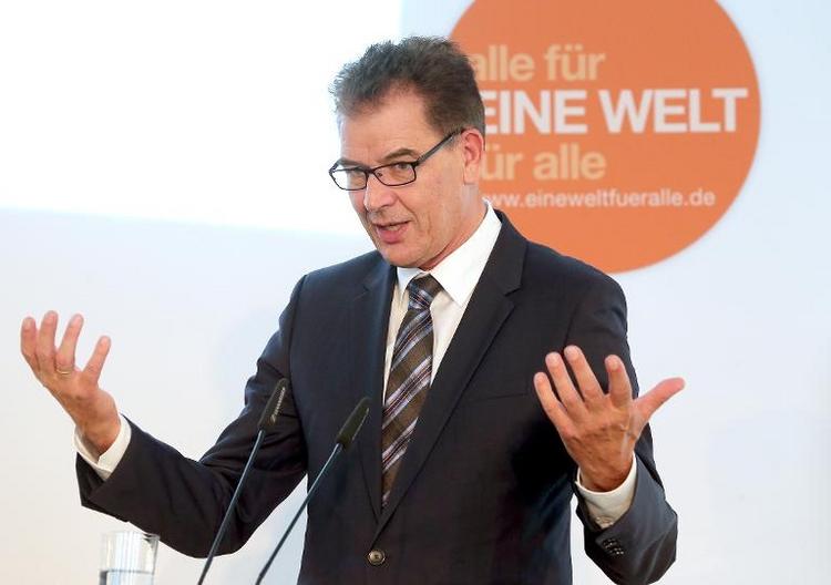 Entwicklungsminister Müller für WM in mehreren Ländern (© 2014 AFP)