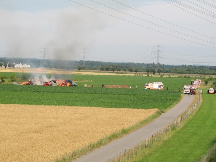 Zirka 100 Ballen durch Feuer vernichtet (Foto: Feuerwehr Düsseldorf)