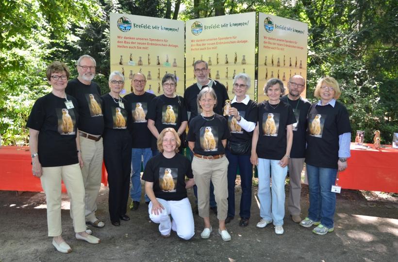 Das Team aus Zoofreunden vor der Spendenwand für die neue Erdmännchen-anlage im Zoo Krefeld. (Foto: Zoo Krefeld)