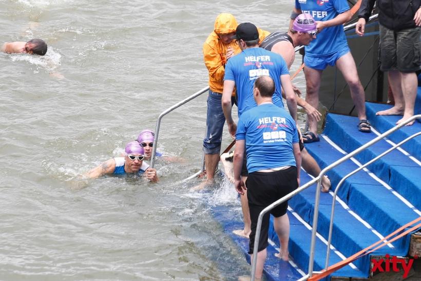 Am Ende des Schwimmteils wurden die Schwimmer aus dem Wasser gezogen(xity-Foto: D. Creutz)