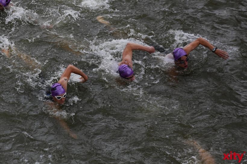 Durch die bunten Badekappen wurden die Schwimmer einem bestimmten Start zugeordnent(xity-Foto: D. Creutz)