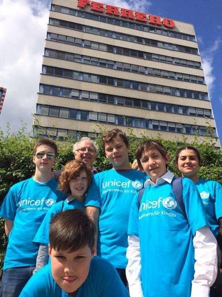 Schüler der Montessori Haupt- und Sekundarschule Düsseldorf vor der Zentrale von Ferrero Deutschland (Foto: Schokofair - Stoppt Kinderarbeit)