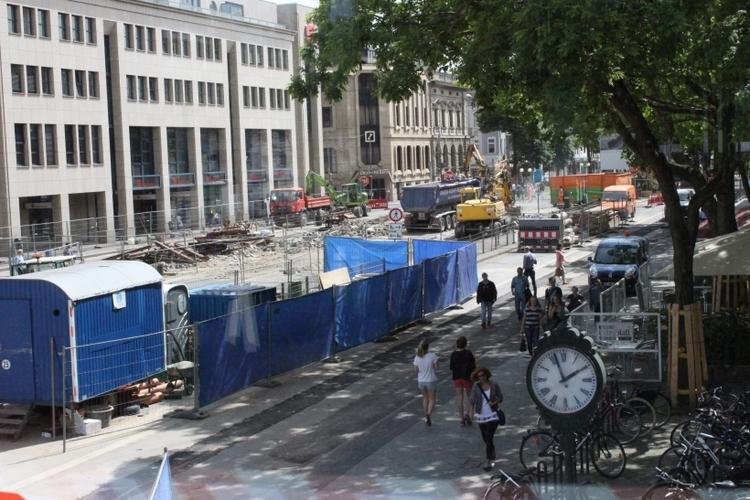 Nach Fertigstellung der Baustelle UdU im Sommer 2015 wird die Baumallee auf dem Ostwall noch näher an die Haltestelle heranrücken als bisher. (xity-Foto: E. Aslanidou)