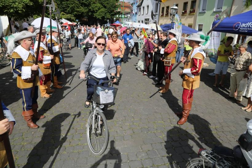 Am Andreasmarkt in Linn starteten um 10 Uhr die ersten Radler eskortiert von den Linner Landsknechten zum Niederrheinischen Radwandertag. (Foto: Lothar Strücken)