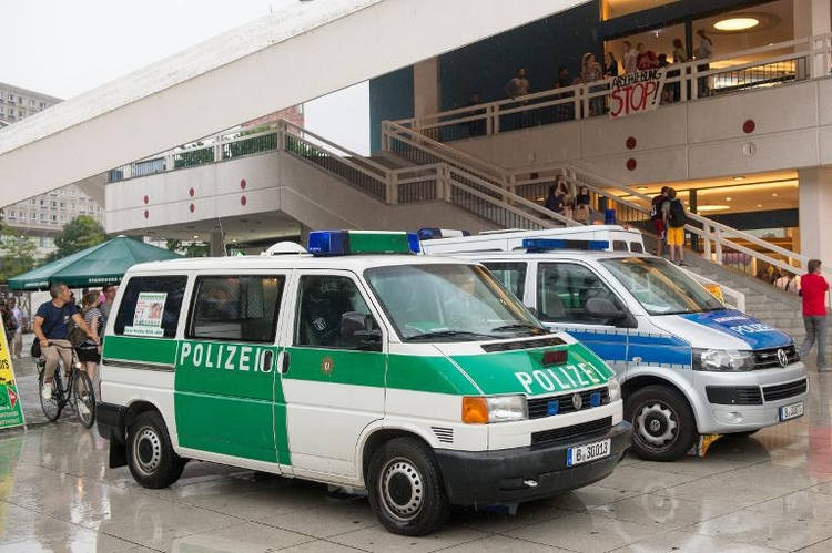 Flüchtlinge protestieren im Berliner Fernsehturm  (© 2014 AFP)