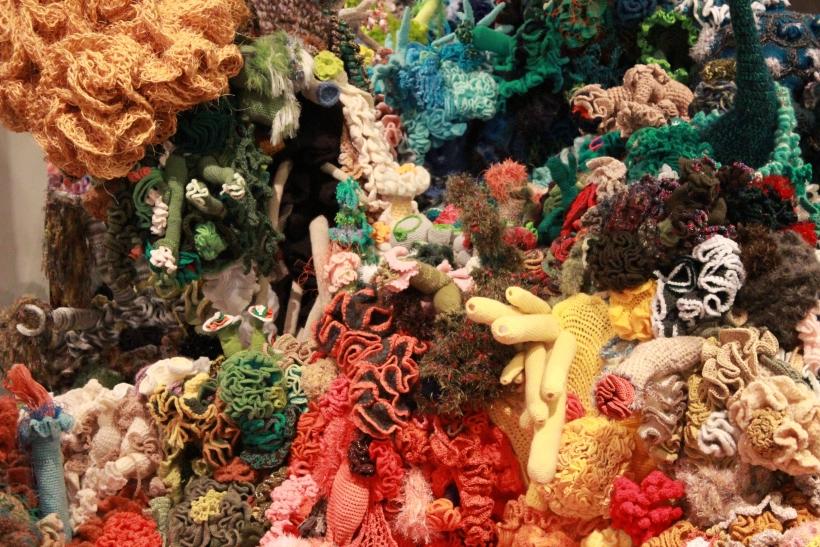 Erstmals präsentiert das Haus am Andreasmarkt eine Ausstellung rund ums Häkeln. Gezeigt werden Kunstwerke, die sich mit der Natur und naturwissenschaftlichen Themen befassen. (xity-Foto: E. Aslanidou)