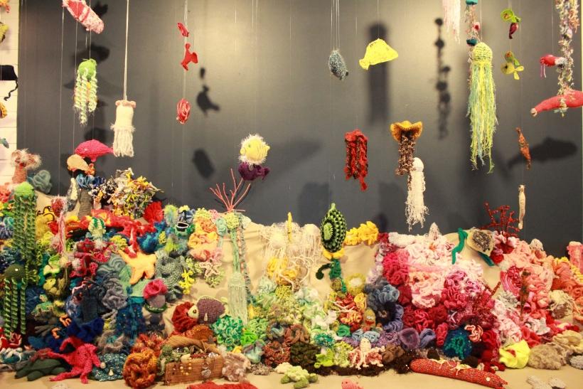 """Im Deutschen Textilmuseum Krefeld läuft die neue Ausstellung """"Häkelkosmos - Vom Korallenriff zum schwarzen Loch"""". (xity-Foto: E. Aslanidou)"""