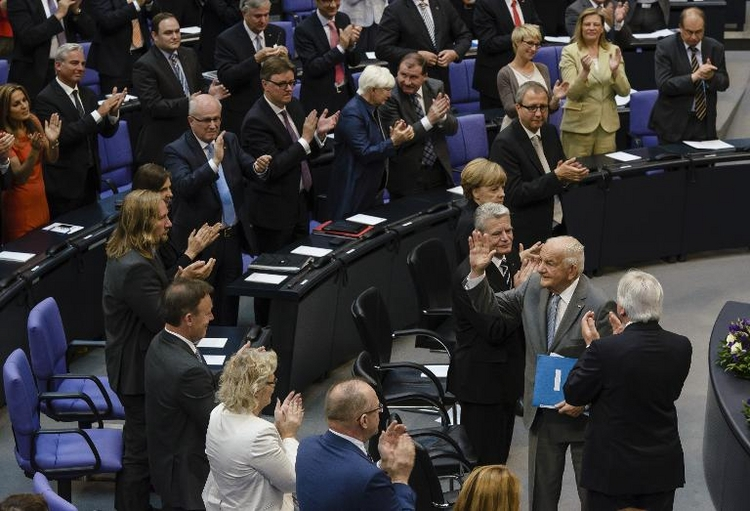 Gauck unterzeichnet Gesetz zur Diäten-Erhöhung (© 2014 AFP)