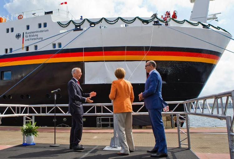 Kanzlerin Merkel tauft neues Forschungsschiff (© 2014 AFP)