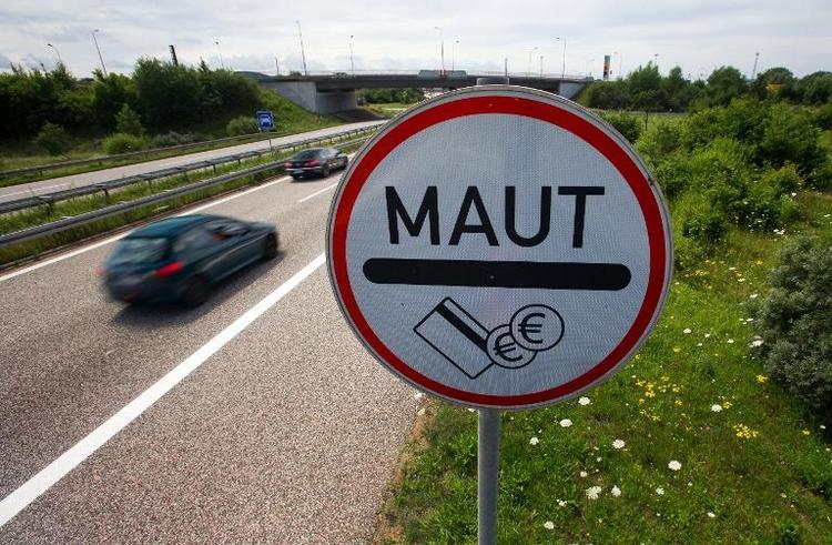 Koalitionspolitiker stellen sich gegen Dobrindts Maut (© 2014 AFP)