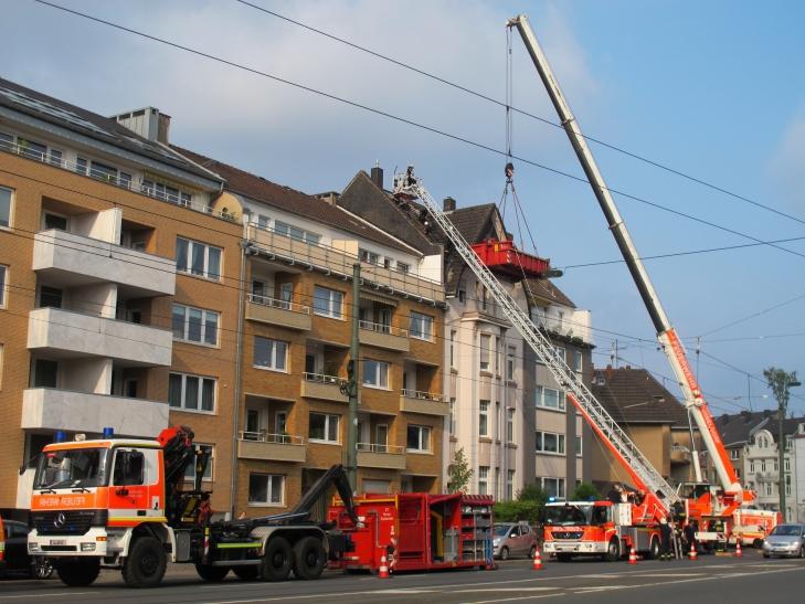 Am gestrigen Samstag musste an einem bereits geschädigten Haus große Teile der Dachfläche abgedeckt werden (Foto: Feuerwehr Düsseldorf)