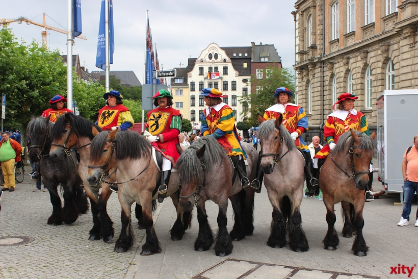Abnahme der Schützenparade am Rheinufer (xity-Foto: H. Müller)