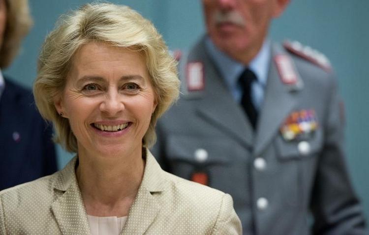 Von der Leyen besteht Mutprobe bei Bundeswehr (© 2014 AFP)