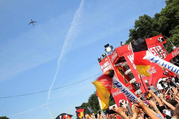 Weltmeister-Flieger dreht Runde über Fanmeile (© 2014 AFP)