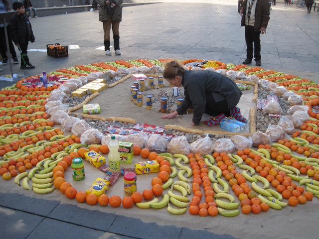 Konsum-Mandala: Höhepunkt der langen Quadriennale-Performancenacht ist das ?Konsum-Mandala von und für Düsseldorf? von Stephanie Senge (hier: ?Konsum-Mandala? in Barcelona). (Foto: Stephanie Senge)