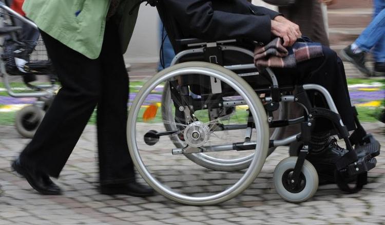 Pflegekasse muss Rollstuhlfahrer Treppenhilfe bezahlen (© 2014 AFP)