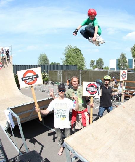 Rookie Randy Zoller aus Rotterdam fliegt über Sven Boekhorst, Claus Vogel und Yashar Gorbani (Foto: Rollnacht Düsseldorf)