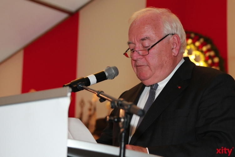 Bürgermeister Friedrich G. Conzen begrüßte die Gäste im Zelt (xity-Foto: P. Basarir)
