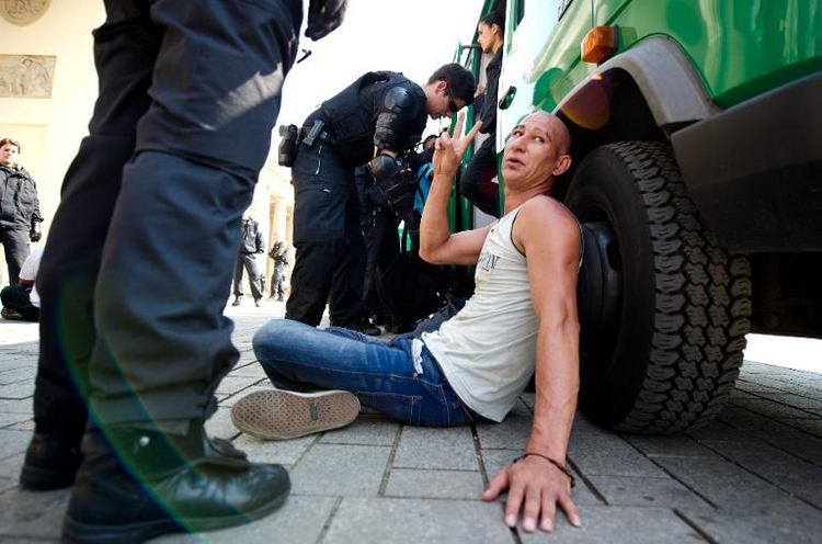 Polizei beendet Flüchtlings-Protest am Brandenburger Tor (© 2014 AFP)