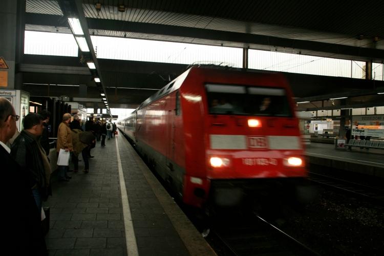 Teilweise Sperrung des Düsseldorfer Hauptbahnhofs wegen Fund eines herrenlosen Koffers (xity-Foto: M. Völker)