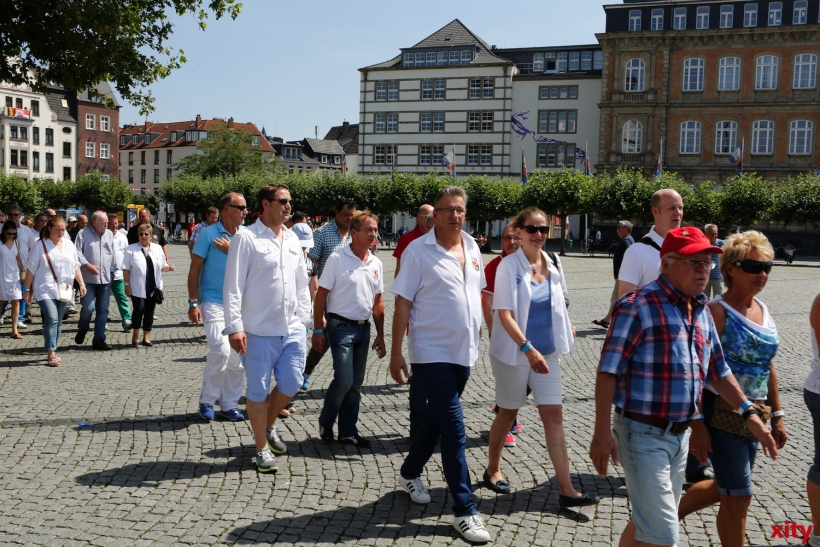 Die 125 Karnevalisten starteten am Burgplatz  (xity-Foto: D. Creutz)