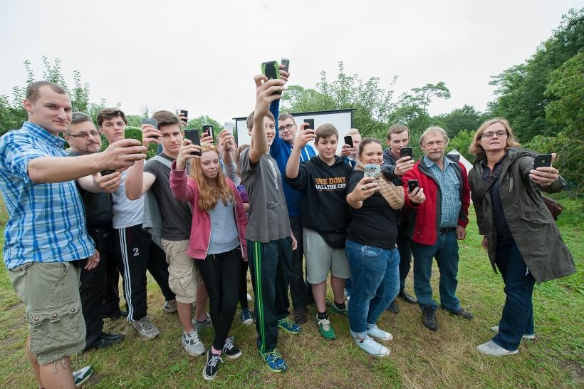 """""""Selfies"""" und mehr: Beim deutsch-polnischen Jugendcamp auf dem Knechtstedener Klostergelände ging′s ums Fotografieren und Filmen mit Smartphones. (Foto: S. Büntig)"""
