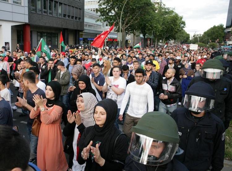 Hunderte in Berlin für und gegen Israel auf der Straße (© 2014 AFP)