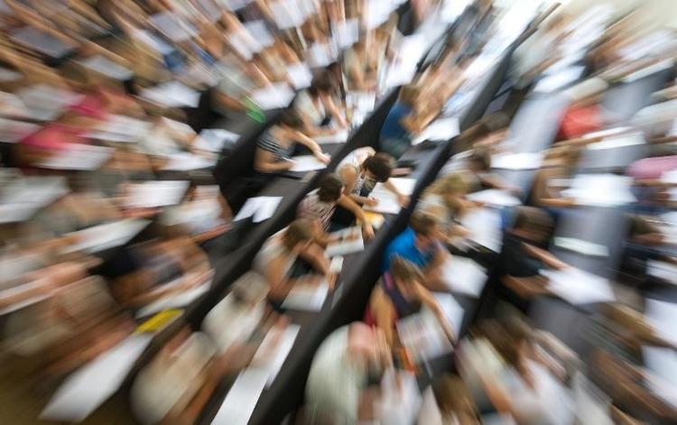 Bachelor studieren laut Bericht länger als vorgesehen (© 2014 AFP)