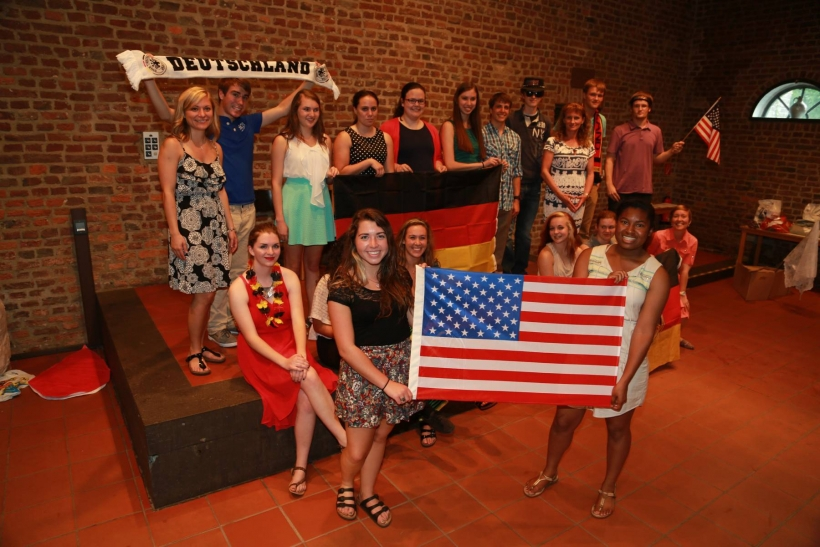 Spaß hatten die Teilnehmer der Indiana-Sommerakademie auch beim Abschiedsfest in der Scheune der Burg Linn. (xity-Foto: E. Aslanidou)