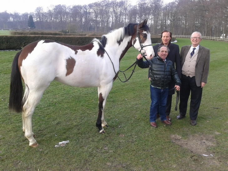 Silvery Moon mit Trainer Mario Hofer, Denis Hartenstein und Jan A. J. Schreurs vom Krefelder Rennclub. (Foto: Krefelder Rennclub )