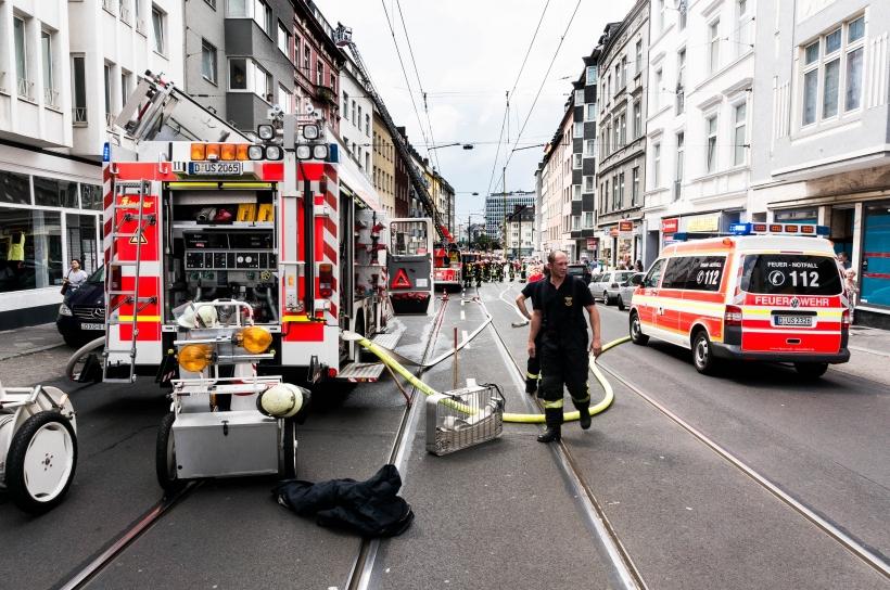 Die Ackerstraße musste für die Zeit des Einsatzes teilweise gesperrt werden (Foto: Christian Steinmetz)