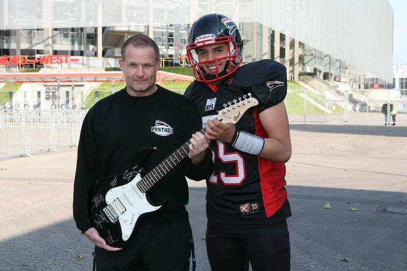 Detlef Zorn und Panther-Spielmacher Rohat Dagdelen mit der mit Autogrammen verzierten E-Gitarre der ′Toten Hosen′ (Foto: Ulla Joachim)