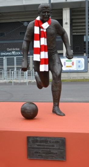 """""""Bei der Helmut-Rahn-Tour besichtigen die Teilnehmer auch die Statue des Boss vor dem Stadion Essen."""" (Foto: Peter Prengel)"""