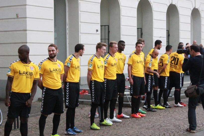 Am gestrigen Mittwoch, 30. Juli 2014, wurde das neue Mannschaftsfoto für den KFC Uerdingen vor dem Krefelder Rathaus aufgenommen. (xity-Foto: E. Aslanidou)