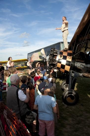 Hereinspaziert!! Wenn Circus-Direktor Hans Nordsiek aus dem Nähkästchen plaudert, ist ihm die ungeteilte Aufmerksamkeit seines Publikums sicher. Foto: Arno Fichtner